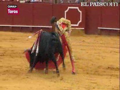 """Los mansos y nobles toros de Garcigrande propiciaron el triunfo de un maestro en plenitud de facultades técnicas y artísticas; Enrique Ponce y Cayetano pasaron entre silencios por su falta de confianza y aparente desgana. <a href=""""http://www.elpais.com/toros/feria-de-abril/""""><b>Vídeos de la Feria de Abril</b></a>"""