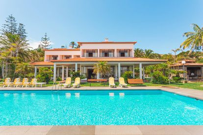 Jardín con piscina de la villa alquilada por Cristiano Ronaldo en Caniçal (Portugal).