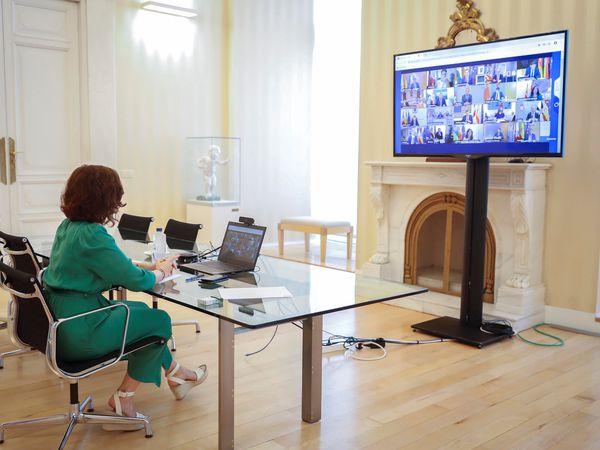 GRAF9574. MADRID, 04/09/2020.- La presidenta de la Comunidad de Madrid Isabel Díaz Ayuso, participa este viernes por videoconferencia en la reunión que mantiene el presidente del Gobierno de España, Pedro Sánchez, con los presidentes autonómicos. EFE//Diego Sinova/Comunidad de Madrid/ SÓLO USO EDITORIAL NO VENTAS