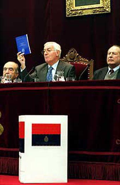 Víctor García de la Concha, junto a Fernando Lázaro Carreter y Jaime Posada, durante la presentación del nuevo diccionario.