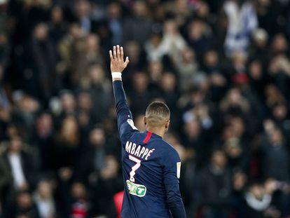 Mbappé celebra un gol con los aficionados del PSG, esta temporada.