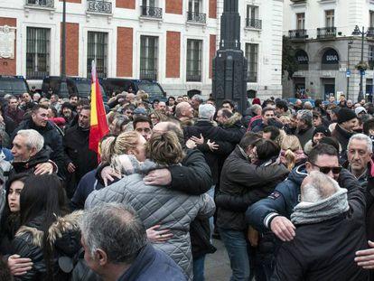 Los taxistas se abrazan antes del comienzo de la concentración de ayer en la Puerta del Sol.