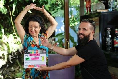 Rafatal fabrica una tabla para Manuela Cano en el restaurante La Tirana de Marbella.