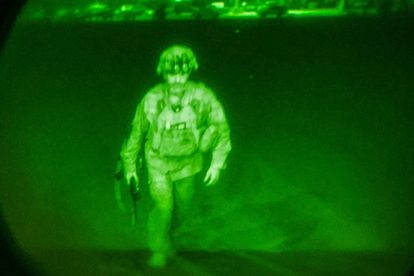 El mayor Chris Donahue, el último militar de EE UU en abandonar anoche Afganistán, en una imagen de cámara de visión nocturna justo antes de subir al C-17 que lo sacó del aeropuerto de Kabul.
