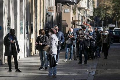 Cola en una oficina de Correos de Barcelona para votar para las elecciones catalanas del 14 de febrero.