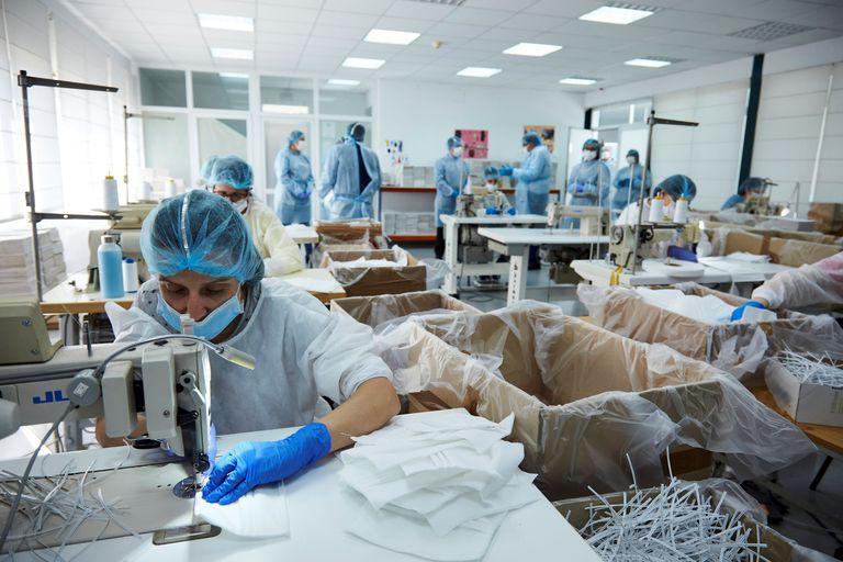 Trabajadores fabricando mascarillas de protección sanitaria en Talavera de la Reina (Toledo).