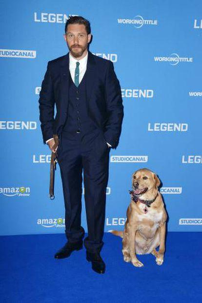 Tom Hardy y su perro Woody acuden juntos al estreno de la peícula 'Legend' en Londres, en 2015.