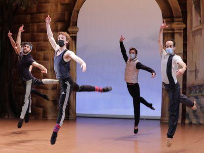 Bailarines de la Ópera de Niza ensayando en preparación de la reapertura de teatros el 15 de diciembre, medida ahora aplazada tres semanas
