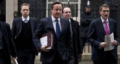 David Cameron, a la salidad del 10 de Downing Street, en Londres, hoy.