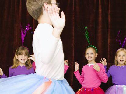 Niños y niñas con tutú en un festival escolar.