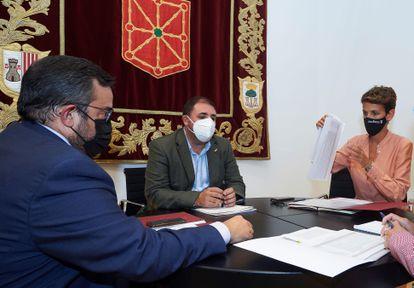 El presidente del Parlamento de Navarra Unai Hualde (c) y la presidenta del Gobierno de Navarra, María Chivite (d), acompañados del vicepresidente del Gobierno de Navarra Javier Remírez (i), el pasado miércoles.