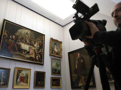 Un cámara filma en una de las salas dedicas a las obras robadas por los nazis durante la Segunda Guerra Mundial.