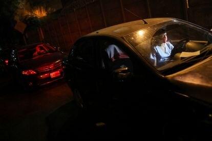 La doctora Maria Martinez, espera en una estación de gasolina en Caracas para poder cargar combustible.