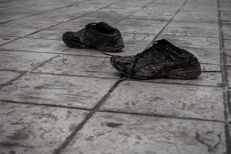 Los zapatos de un hombre deportado, abandonados tras ser dejado en territorio mexicano por las autoridades de Estados Unidos.