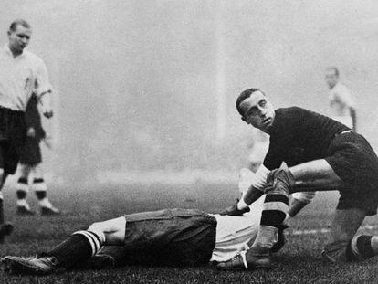 El portero italiano, Ceseroli, atiende a un futbolista inglés.