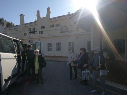 Residentes del cohousing malagueño Santa Clara-Los Milagros subiéndose a 'la blanquita´el microbús que los lleva hasta Málaga entre semana.