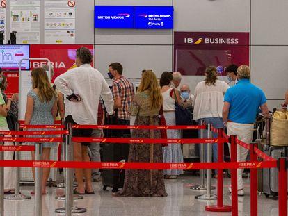 Turistas británicos en el aeropuerto de Palma de Mallorca, este domingo.