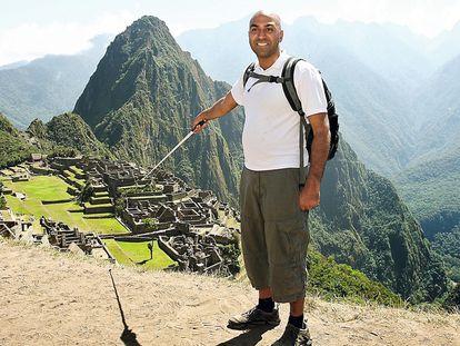 El británico Amar Latif, retratado durante una visita  a Machu Picchu, en Perú.