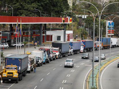 Camiones se alinean a lo largo de una avenida para llenar sus tanques en una estación de servicio como parte de una creciente escasez de diésel, en Caracas, Venezuela, el pasado 5 de marzo.