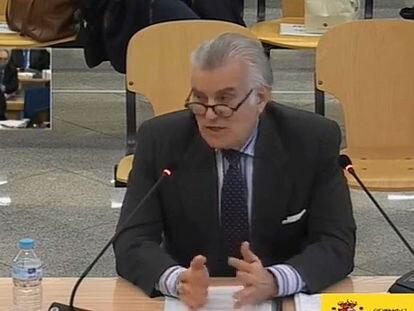 El extesorero del PP, Luis Bárcenas, durante su declaración, este lunes, en el juicio por la contabilidad b del PP.