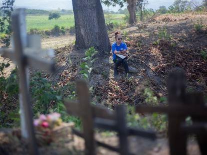 Una mujer buscadora observa un predio con fosas clandestinas de desaparecidos en Nayarit, México.