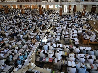 Cientos de alumnos acuden a una clase el pasado 11 de septiembre en la madrasa Haqqania, cerca de Peshawar (Pakistán).