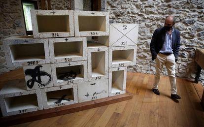 Luis Chillida pasa al lado de los nichos creados en pintura al óxido sobre hormigón refractario, expuesta en Chillida Leku.