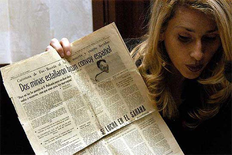 Lucía Jiménez muestra un diario de 1976 que informa del atentado en el que fue herido su padre.