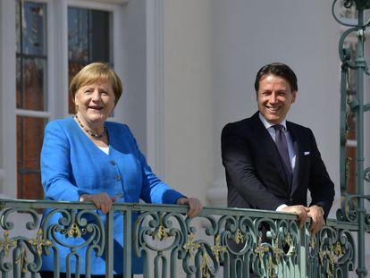 La canciller alemana, Angela Merkel, y el primer ministro italiano, Giuseppe Conte, a las afueras de Berlín el pasado julio.