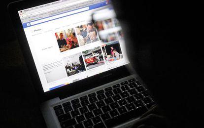 Un usuario consulta una página de Facebbok.
