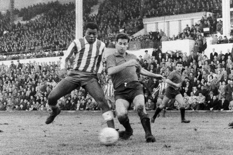 El atlético Miguel Jones (i), contra Osasuna en el Metropolitano.