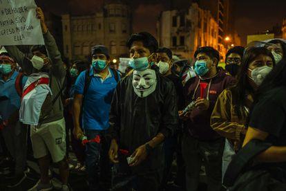 Un grupo de jóvenes, durante una de las protestas de principios de noviembre en las calles de Lima.