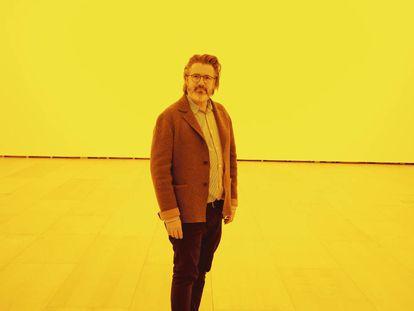 Olafur Eliasson posa para ICON DESIGN dentro de su obra 'Habitación para un color' ('Room For One Color'), de 1997, en el Guggenheim de Bilbao.
