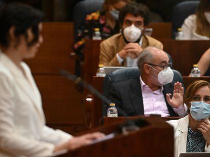 Mónica García observa a Isabel Díaz Ayuso durante un pleno de junio de 2021.