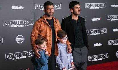 Ricky Martin junto a su esposo Jwan Yosef y dos de sus hijos, en 2016.