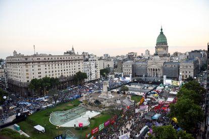 Manifestantes a favor y en contra del aborto legal se concentran frente al Congreso argentino, el 29 de diciembre.