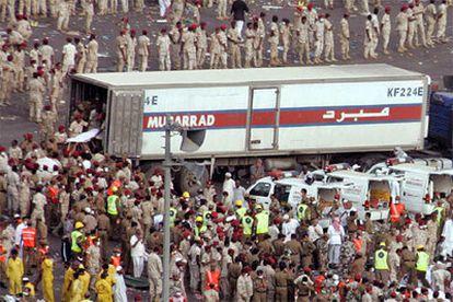 Los servicios de emergencia saudíes evacúan a los heridos y recogen los cadáveres provocados por la estampida.