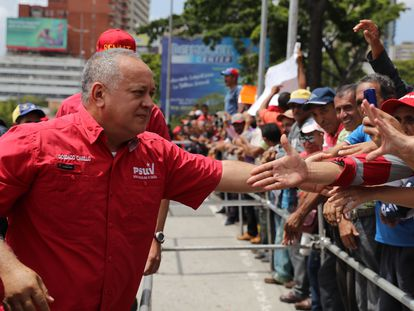 El dirigente venezolano Diosdado Cabello saluda a manifestantes chavistas, el 12 de febrero de 2020 en Caracas.