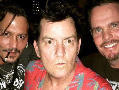 De izquierda a derecha: los actores Johnny Depp, Charlie Sheen y Kevin Dillon, en la foto publicada en Instagram.