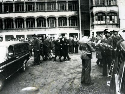 Funeral por el guardia civil Antonio Ramírez Gallardo, de 24 años, y su novia, Hortensia González Ruiz, de 20, en el Hospital Militar de Gipuzkoa, el 6 de enero de 1979.