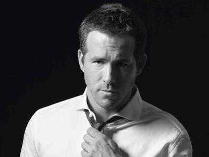 Reynolds viste camisa, pantalón, cinturon y corbata Boss Hugo Boss.
