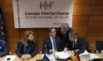 El ministro de Sanidad, Alfonso Alonso, (centro) al inicio de la reunión del Consejo Interterritorial del Sistema Nacional de Salud que aprobó l prescripción enfermera el 23 de marzo.