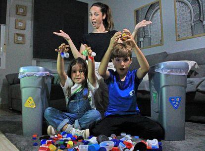 María Tovar y sus hijos, Mario y Jara, con algunos de los desechos plásticos que tiran al contenedor amarillo.