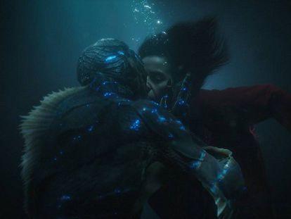 Los actores Doug Jones y Sally Hawkins, en una escena de la película 'La forma del agua', nominada a 13 premios Oscar. / Tráiler de film.