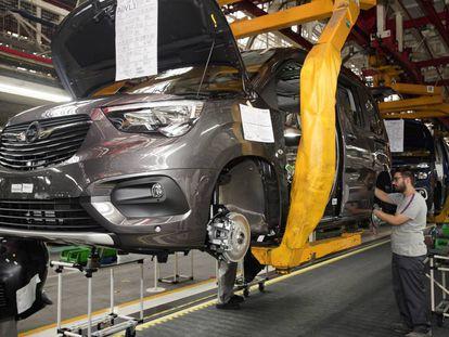Fabricación del primer vehículo comercial Opel en la fábrica PSA Peugeot Citroën en Vigo
