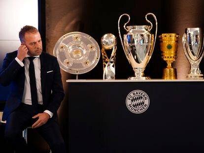 Hansi Flick con cinco de los seis títulos conquistados por el Bayern en 2020.