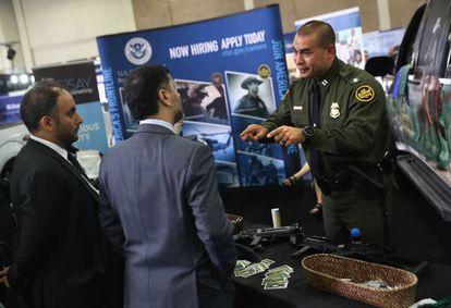 Un reclutador de la Policía de Fronteras, en la feria sobre seguridad de San Antonio.