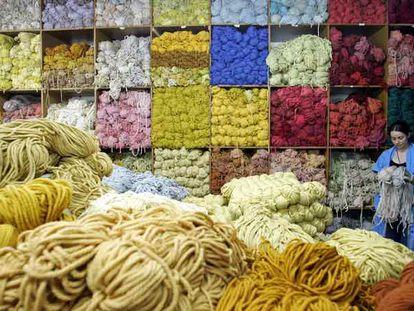 Una operaria de la Fundación Real Fábrica de Tapices escoge unas madejas en el almacén de lanas de la institución, fundada en 1720.