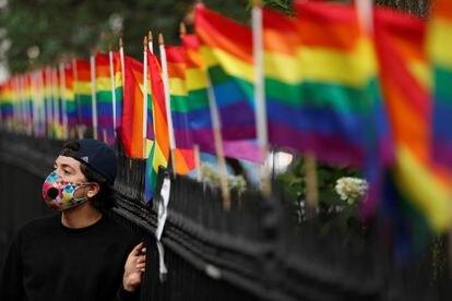 Un asistente a la marcha de orgullo gay el 25 de junio de 2020.