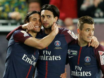 Cavani celebra el tercer gol con Pastore y Lo Celso.